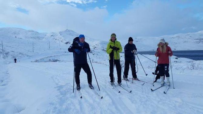 TESTA: Vidar Eltun måtte sjølvsagt teste skiløypa.Frå venstre ordførar i Vang kommune, Vidar Eltun, David Friis, Dag Christensen og Amanda Myrsell.
