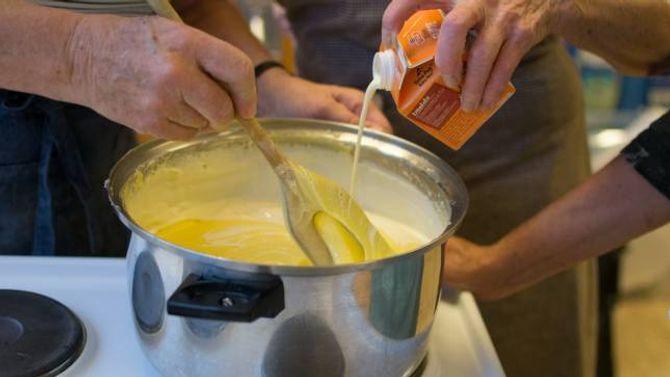 SMØR OG FLØYTE: Sunnfjordlefsa skal smørast med ein blanding av smør, sukker og fløyte.
