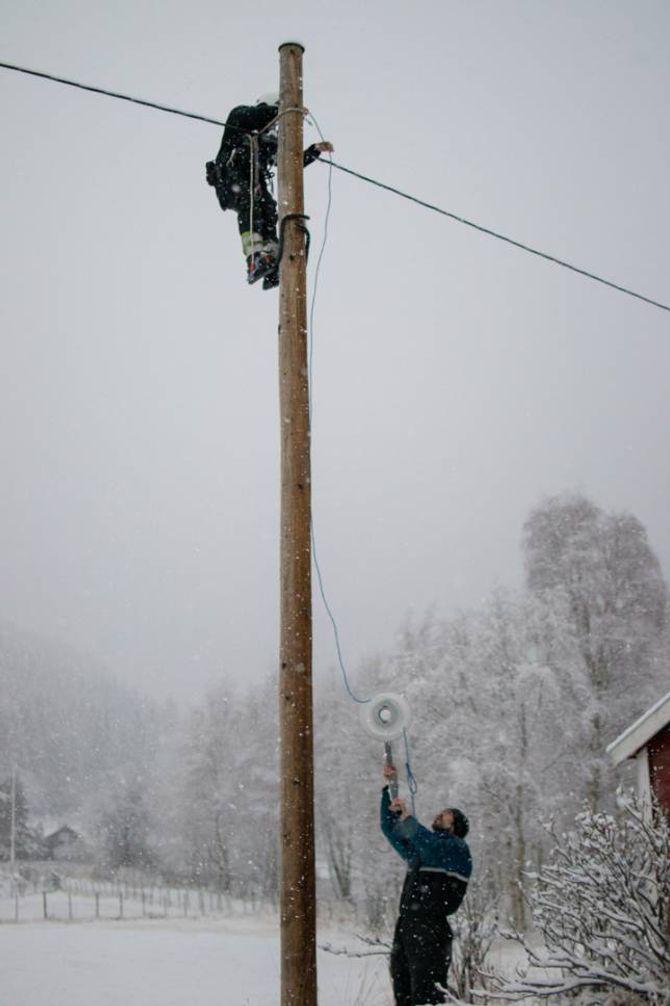 SNØ: I sitt rette element, om enn litt vanskelege arbeidsforhold, jobbar dugnadsfolk no på spreng for å få lysløypa ferdig til sesongen byrjar. Her står Heine Linga på bakken og hjelper elektrikaren med å ta ned den gamle lykta.