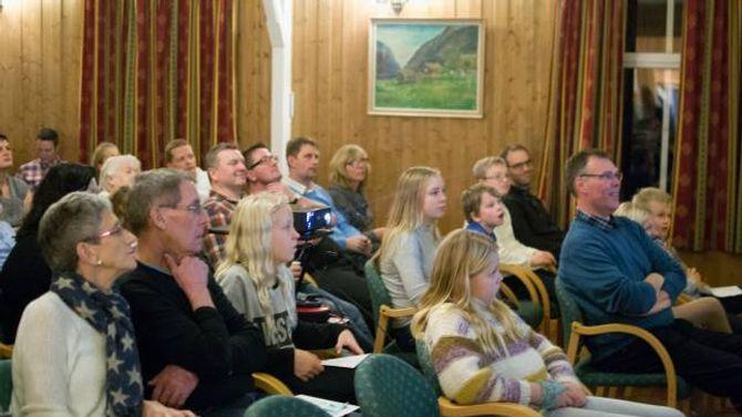 FAMILIE: Foreldre, søsken og besteforeldre var samla i ungdomshuset i Vikadalen då den høgtidelege markeringa av Årdalsklubben 4H gjekk av stabelen laurdag kveld.
