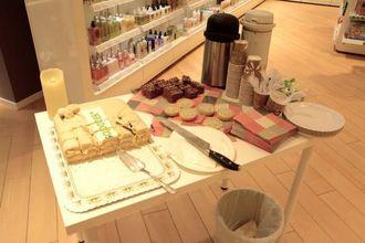 FEIRING: Sjølsagt var det kake og kaffi på kundane for å feire nyopninga.