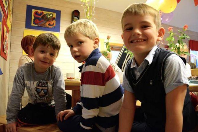 KJEKKAST Å LEIKE: Brage (5) (f.v), Jonas (5) og Sigve (4) har klar tale. Det er kjekkast å leike i barnehagen. Og sjølv om to av dei snart er klare for skulen, tykkjer dei ikkje det er trist å ikkje lenger skulle gå i barnehagen.