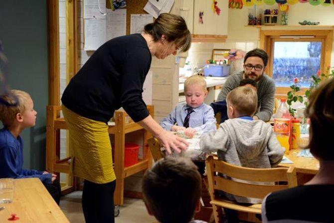 FEKK HJELP: Kirsti Eklund, styrar i Haugane barnehage, fekk rask og effektiv hjelp av Henrik for å opne pakka frå foreldreutvalet.