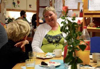 BESØK: Karin Holsæter var ein av dei tidlegare tilsette som tok del i 20-års feiringa.