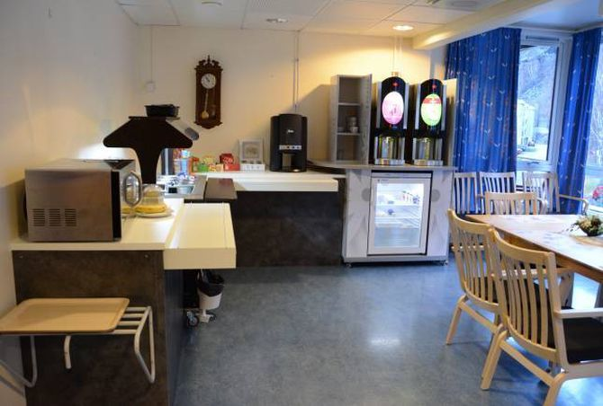 MAT ER OGSÅ TRENING: Heimelaga mat blir tillaga på kjøkkenet i første etasje, og i andre etasje i korttidsavdelinga har brukarane eit eige kjøken som tidlegare var daglegstove.