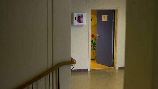 TRAPPEOPPGANG: Den eine hjartestartaren på Tangen skule heng lett tilgjengeleg ved sidan av døra til helsesøster og ved administrasjonen på skulen.