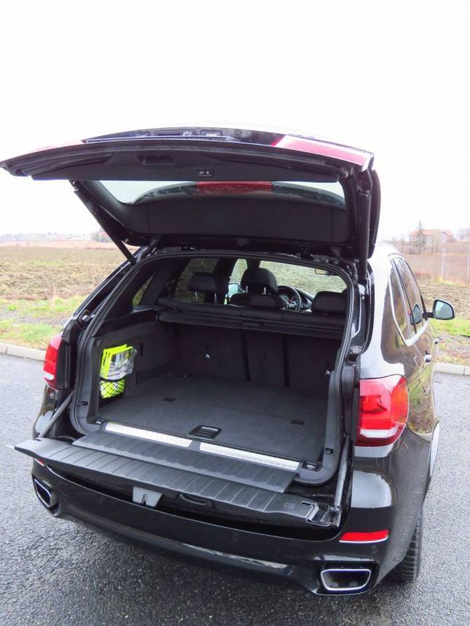 DELT: Bakluka er delt på X5. Dermed kan det bli vanskeleg å nå heilt inn i bagasjerommet.