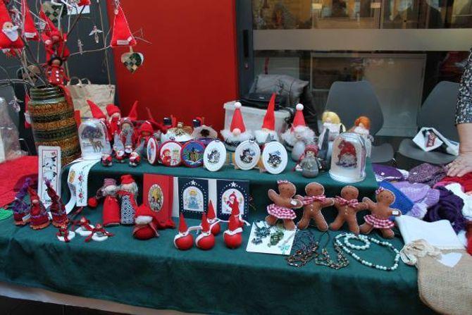 JULEPYNT: På julemessa var det mykje ein kunne kjøpe.