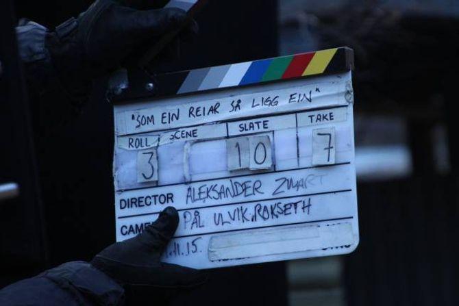 TETT PÅ EIN LÆRDØL: Det ligg mange timar og beinhard jobb bak å få på plass eit kort klipp til kortfilmen.