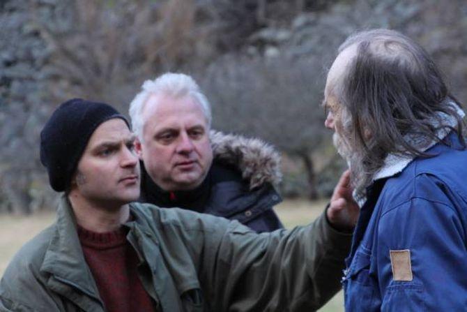 INSTRUERER: Saman med konaValia PhyllisZwart, som erprodusent, har regissør Alexander Einemo Zwart (f.v)driveKomet Film ASi over to år. Gjennom beinhard jobbing har Zwart komen dit han er i dag. Her er Sverre Horge i rolla som bonden får Lærdal (f.h) og ordførarJan Geir Solheim i rolla som synsk.
