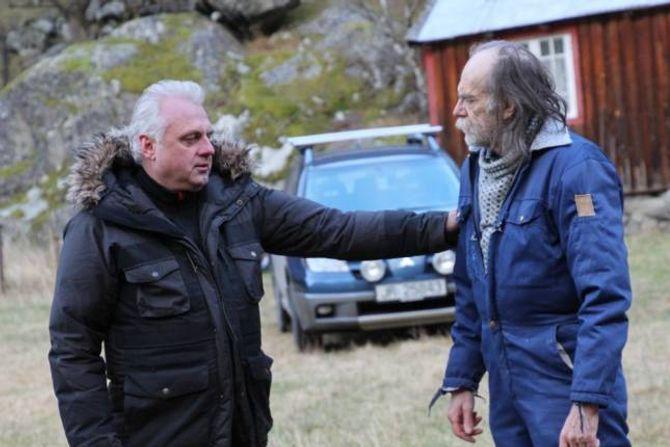 DØDSBODSKAPEN: Skodespelar Jan Geir Solheim i rolla som synsk, som overleverer framtidsutsiktene til Sverre Horge, i rolla som bonde. Det har vore viktig å få med lærdøler for Zwart, for å syne fram akkurat kvar filmen er ifrå.