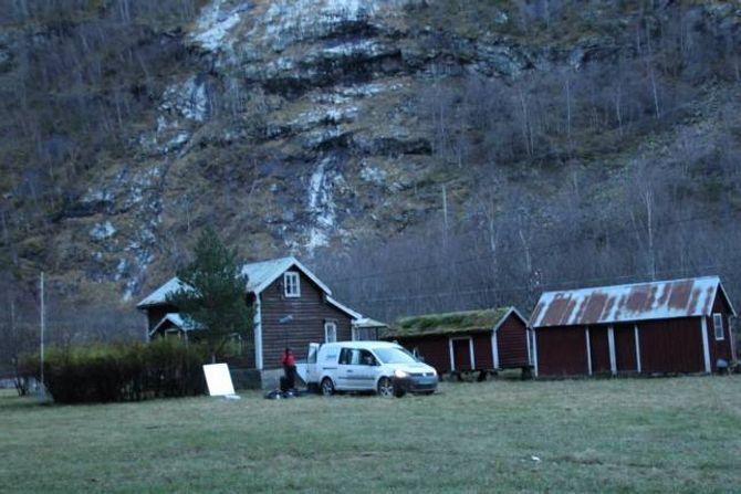 FEKK LÅNE SEG GARD: Frå filminnspelinga på Fjellheim gard i Lærdal.