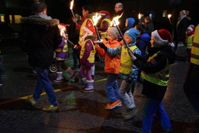 FAKKELTOG: Store og små bana ved ned til torget for å endeleg kunne starte på juletida.
