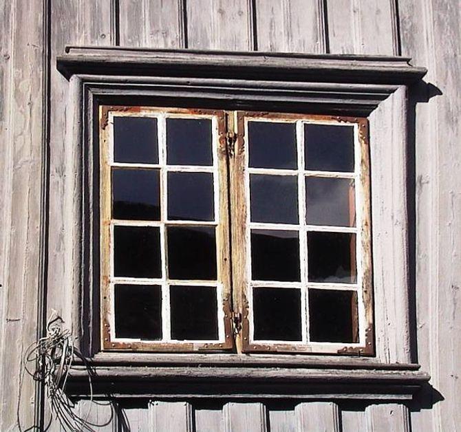 BAROKK: Dei første vindauga med tresprosser kom i Noreg tidleg på 1700-talet. Tre eller fire ruter i breidda, to rammer ved sida av kvarandre.