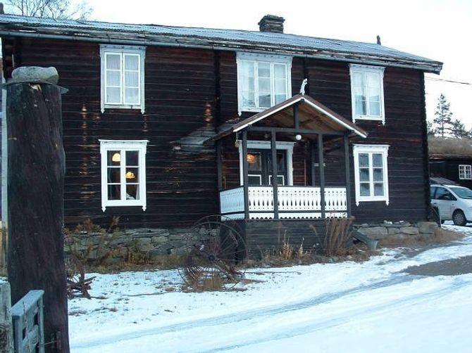 SVEITSERVINDAUGE: Tømmerbygning i Vågå, flytta til Randsverk turiststasjon i 1903, da han òg fekk heilt nye vindauge i sveitserstil med store ruter og rammer med ornament.