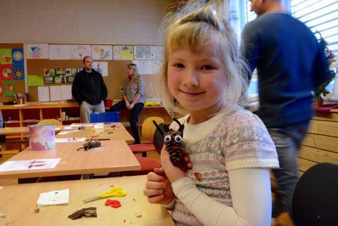 JULEKONGLE: Minna Hval Ødegård, går i 2. klasse. Om ho fekk velje, vil ho bli verande på Ljøsne skule.