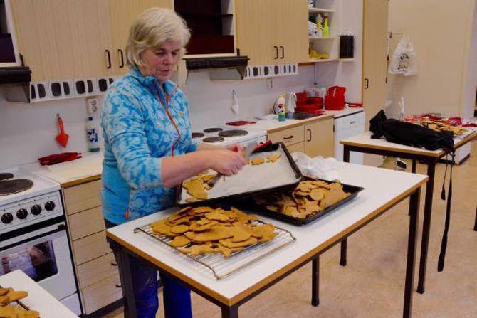 GIR SEG IKKJE UTAN KAMP: Kari Molde, er ein av besteforeldra som har møtt opp for å hjelpe til på juleverkstaden på Ljøsne skule.