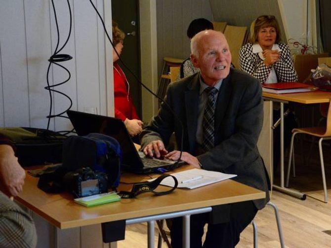 """""""STATISTIKKEN"""": Svein Fretland, som er ein av initiativtakarane bak mosjonsskulen, syner bilete frå samlingar og turar Årdal Mossjonsskule har vore på gjennom 25 år."""