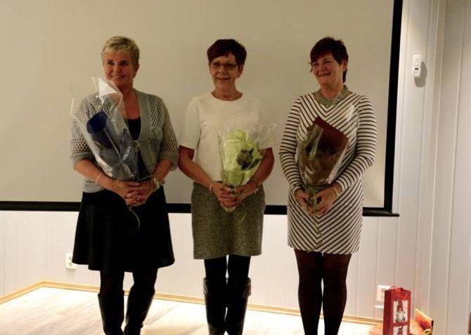 TAKKA TRENARAR: Irene Ruud (f.v), Jane Haglund og Bjørg Størset fekk ei påskjøning for innsatsen for Årdal Mosjonsskule.Størseter både imponert og rørt, og seier også ho er stolt over å få vera med.