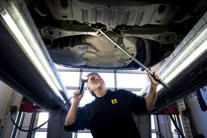 BREKKSTONG: Engebretsen leitar etter slakk i hjulopphenget. Han meiner det er svært viktig å nøye undersøkje undersida av bilen ein ser på.