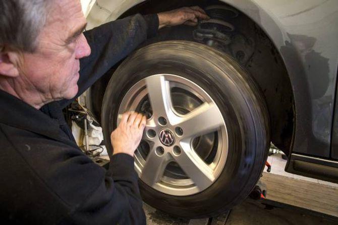 HJULLAGER: Det er ikkje alltid at ein høyrer om eit hjullager er slite. Men om ein legg den eine handa på fjøra og snurrar hjulet kan ein kjenne det. Er lageret slite, vil ein merke ein vibrasjon.