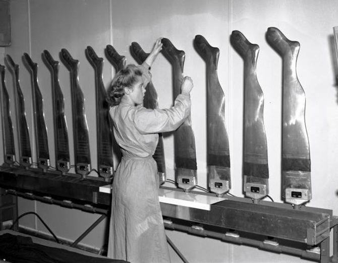 NORSK PRODUKSJON: I Noreg starta ein produksjon av nylonstrømper i 1949 ved fleire fabrikkar. Ifølgje bladet Aktuell var det etter frigjeringa «få ting som har vore så etterstreba av våre damer som nylonstrømper».