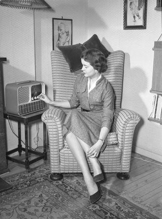 REPRESENTATIV HUSMOR: 1950-åra var husmoras tiår. No skulle ho ta seg godt ut overfor mannen, og nylonstrømper var ein naturleg del av stilen.