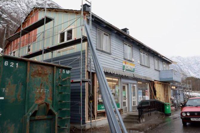 NY FASADE: Her ser du første veggen som fekk ny kledning på nærbutikken Ljøsnebui. I tilegg har det kome på plass ny trapp, som er tilpassa rullestolbrukarar.