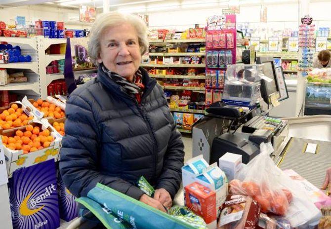NABO:Anne Sofie Vik på handel på Ljøsnebui, som ligg etter hovudvegen på Ljøsne i Lærdal.