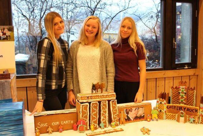 NØGDE: Frida Hunshammer, Vanja Thomassen Øren og Andrea Midtun er nøgde med klassen sitt peparkakeprosjekt.