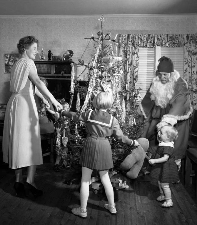 SPINKELT: Julekvelden 1953. Julegrana den gong er i dag i stor grad bytt ut med fyldigare variantar, som edelgran.