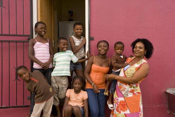 INNSAMLINGSTOPPEN: SOS-barnebyer er den organisasjonen som samla inn mest i Noreg i fjor. På biletet ser du ein SOS-familie.