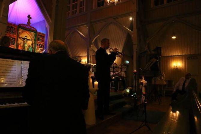 UNDERVISE: Ben Hirons har master i trompet, noko han verkeleg synte for dei frammøtte på julekonserten. Etter nyttår kjem til Årdal jamnleg for å undervise på Tangen skule.