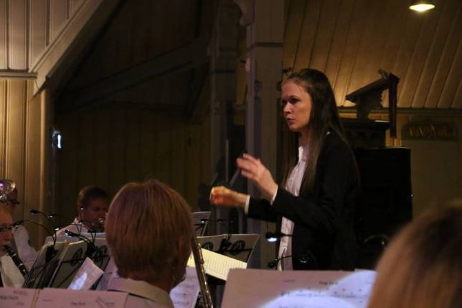 UNG DIRIGENT: Rekruttering er ei utfordring for korpsmiljøa rundt om i landet. 19 år gamle Hilde Horpen dirigerer Årdalstangen Musikklag.