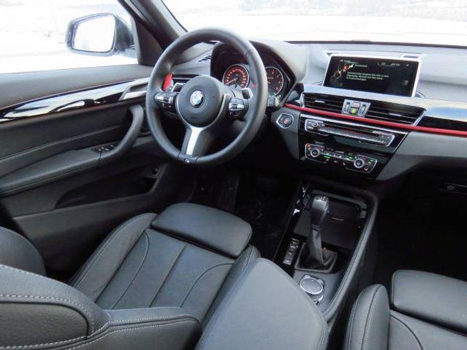 TYDELEG: Instrumenta er tydelege å lettlesne. Testbilen hadde i tillegg head-up display som projiserer blant anna hastigheita opp på frontruta. Den store skjermen er lettlesen og beteninga er god.
