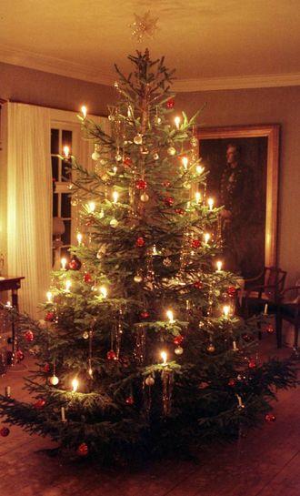 DUKKA OPP PÅ 1800-TALET: På 1800-talet dukka dei første juletrea opp her i landet. Her eit juletre frå ei tidlegare utstilling ved Norsk Folkemuseum.