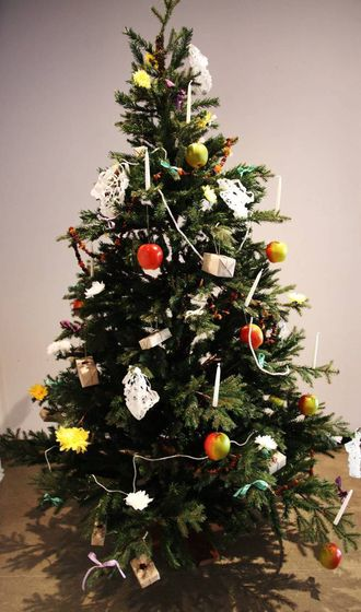 MASSEPRODUKSJON: Den masseproduserte pynten kom på slutten av 1800-talet. I dag pyntar mange med ei god blanding av ulike typar juletrepynt.