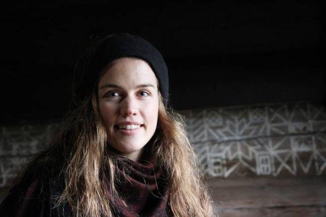 PYNTA PÅ JULAFTAN: Før var det vanleg å pynte treet sjølve julaftan, fortel konservator Anne Kristin Moe ved Norsk Folkemuseum.