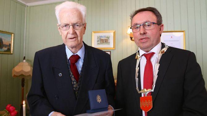 HEIDRA: 70 år etter frigjeringsdagen i 1945 vart Arne Eldegard heidra med minnemedalje.