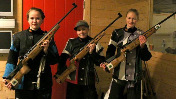 TREFF BLINK: Sara Vie, Hanne Vikøren og Maia Vetti Grøndal brukar alle fleire timar i veka på skytebana.