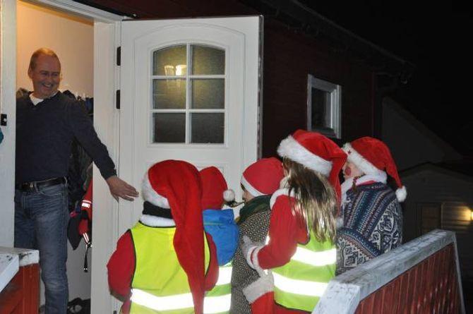 """JULESTEMNING: Med """"På låven sitter nissen"""" for full hals, spreidde julebukkane julestemning på Hæreid."""