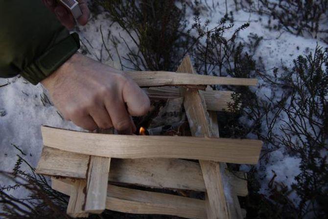 PAGODEBÅL: Småved stabla oppå kvarandre, tre-fire i høgda, med brensel i midten, gir eit bål som er lett å få fyr på.