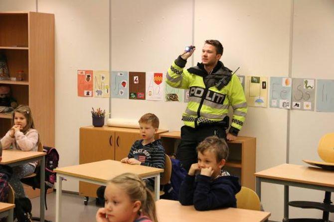 DEMONSTRERER:Petter Hagen ved Årdal lensmannskontor demonstrerer effekten av refleks.