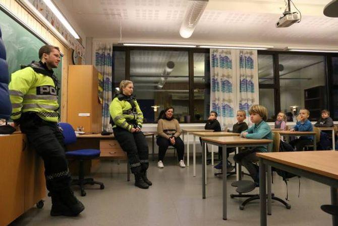 SAMTALE: Petter Hagen og Frida Nessestrand Vefring snakka med elevane om refleksbruk. Fleire av 1. klassingane kom med dønn ærlege svar om mor og far sin bruk av refleks.