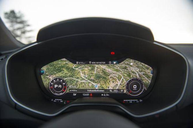 INSTRUMENT: I Audi TT er det ikkje lengre analoge klokker. Heile instrumentpanelet er ein diger skjerm som ein sjølv kan tilpasse informasjonen på. Løysinga fungerer svært godt og er lett å bruke.