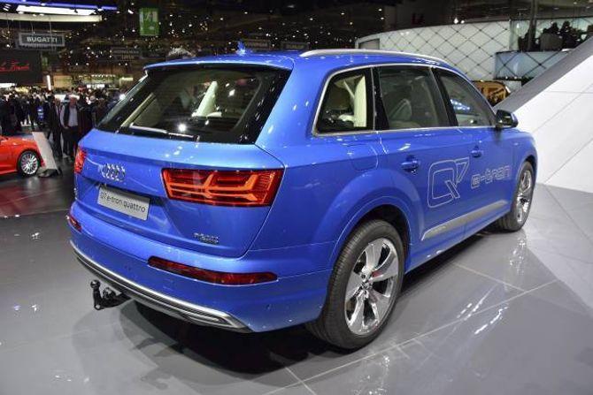 LADBAR: Audi oppgraderer Q5 og kjem med ein liten SUV i tillegg. Namnet blir enten Q1 eller Q2. I tillegg blir Q7 (biletet) ladbar.