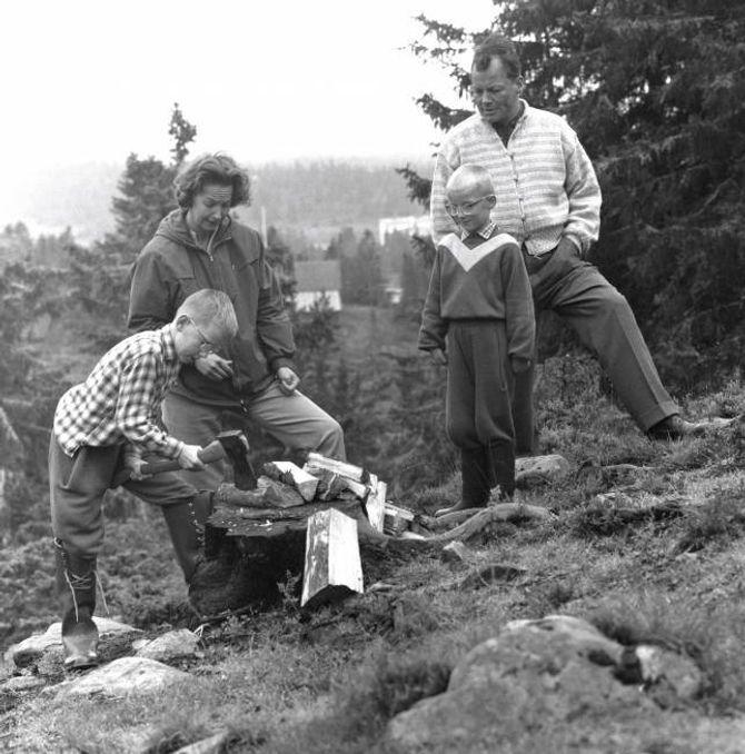 KROPPSARBEID: I etterkrigstida var idealet at ein skulle gjere ting sjølv. Her høgg den tyske politikaren Willy Brandt og familien ved på ei hytte på Sjusjøen.