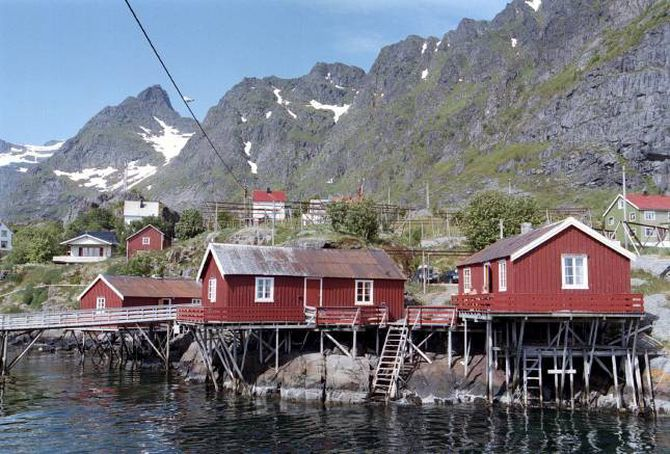 TURISTMÅL: Rorbuene vart bygde som sesongbustad for fiskarar, men er no ofte overnattingsstadar for turistar.