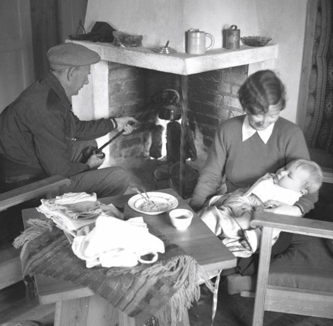 GERHARDSEN: Statsminister Einar Gerhardsen blir ofte trekt fram som eit eksempel på den nøkterne norske hyttekulturen. Her kokar han kaffi på peisen med kona Werna og sonen Rune.