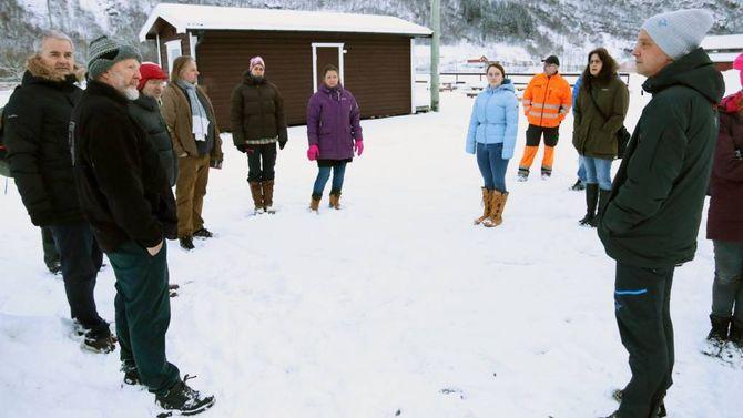 MISNØYE: Før vedtaket blei gjort måndag, var det befaring på Borgund der naboane viste sin misnøye og stilte spørsmål ved korleis ein skulle løyse tilkomst og parkering.